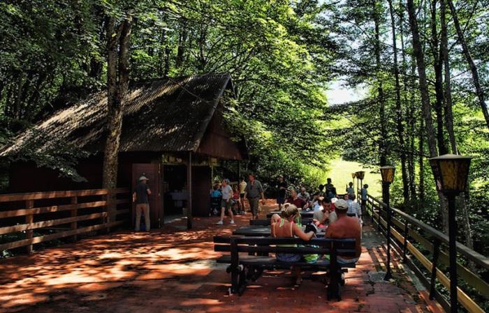 Туристы приезжают сюда отдохнуть и подышать чистым воздухом.