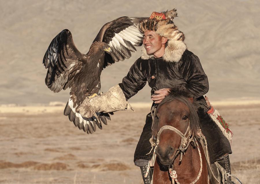 Монгольская охота с орлом быстрая лошадь