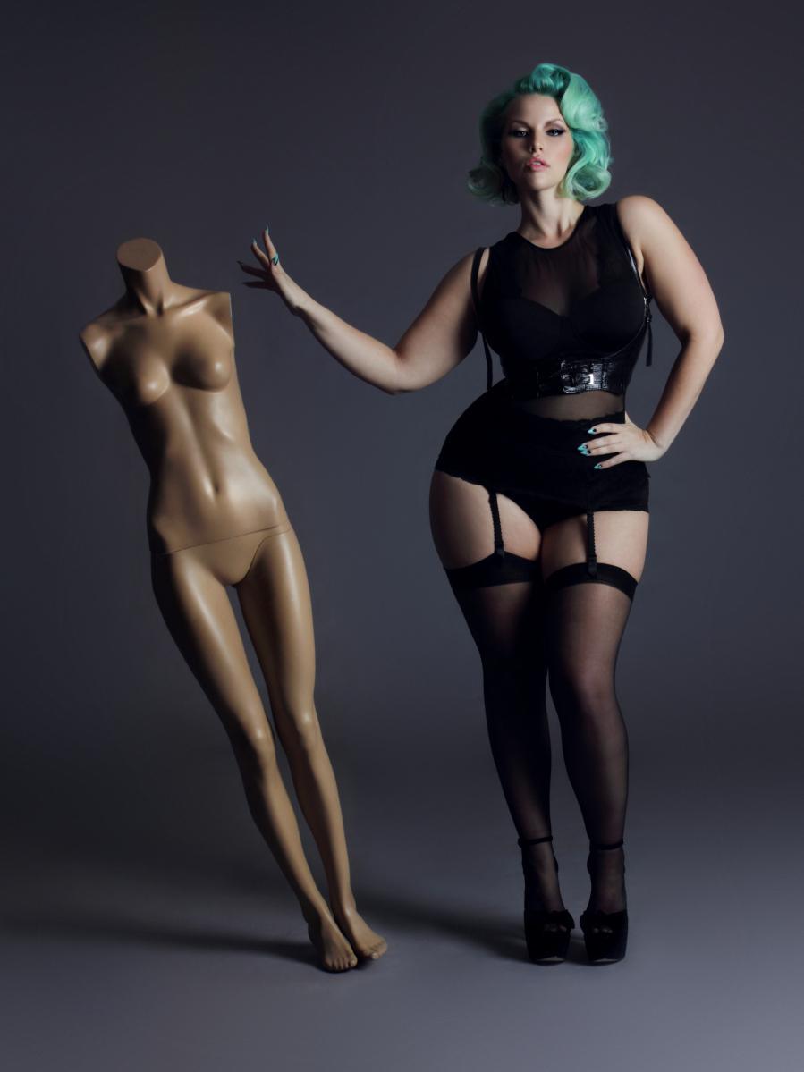 Толстушка показывает своё очко 26 фотография
