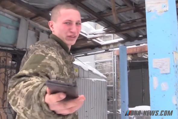 """Очередному """"несчастному"""" пленному бойцу ВСУ устроили прогулки по Донецку"""