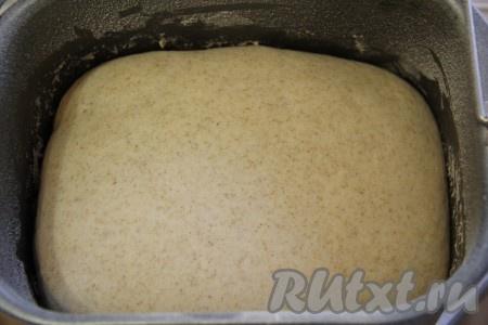 Хлебопечка сделает всю работу - замесит и подогреет, для того чтобы наше тесто хорошо поднялось.