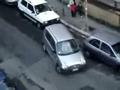 Женщина паркуется...