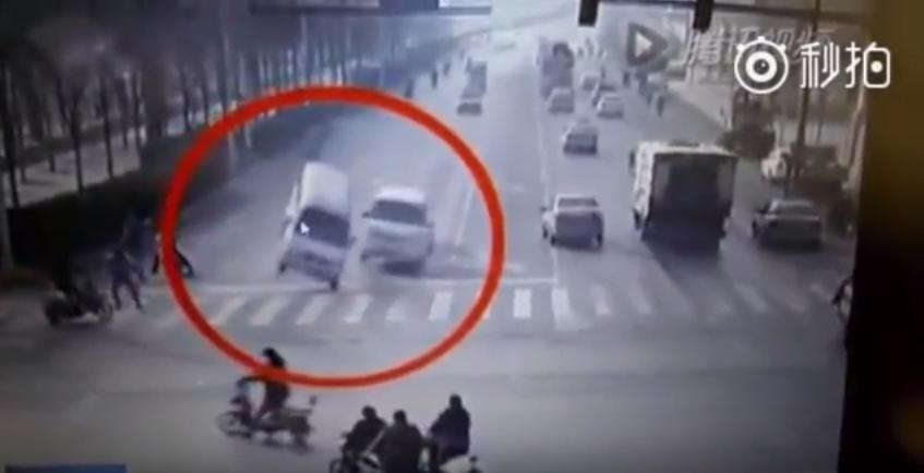 Как такое возможно!!!  Неведомая сила опрокидывает машины в Китае