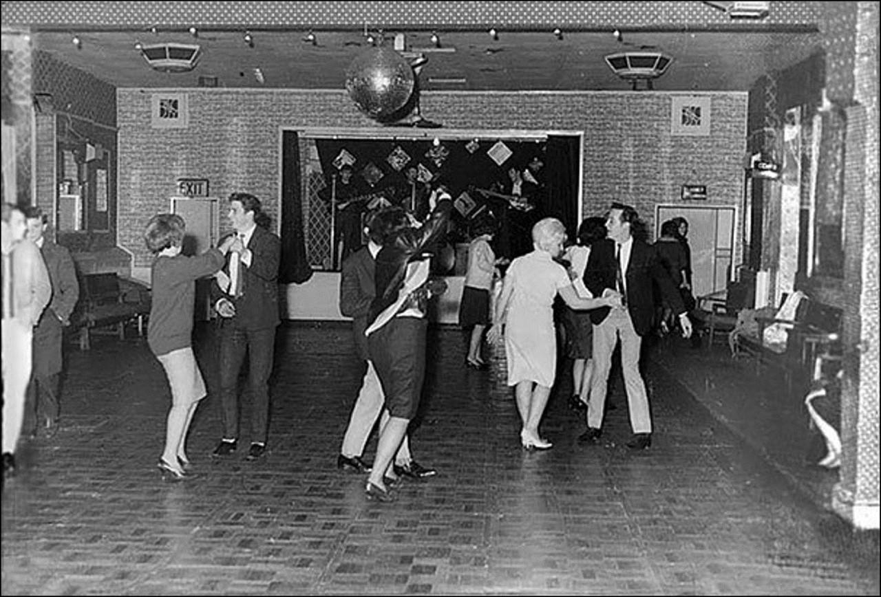 Битлз играют для 18 человек в клубе «Алдершот», Декабрь 1961. Они станут супер звездами только через полтора года Историческая фотография, история, факты