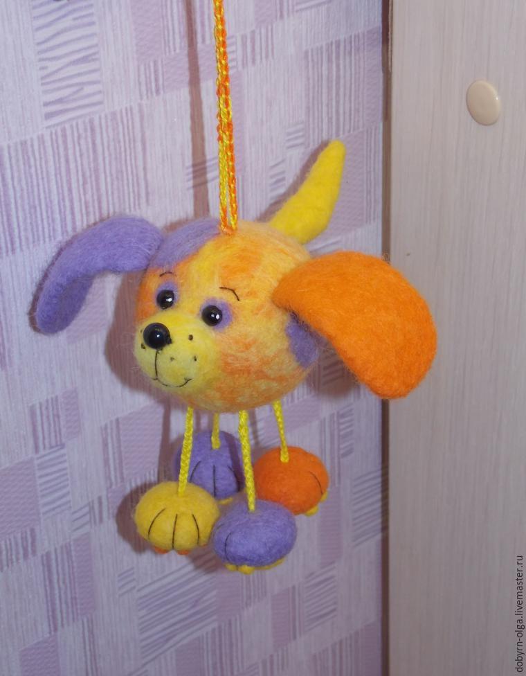 Забавная игрушка подвеска из шерсти.