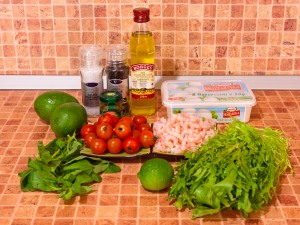 Салат с моцареллой, помидорами, креветками и авокадо. Ингредиенты