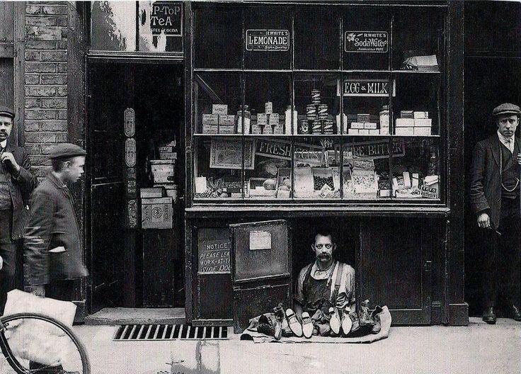 6. В 1900 году у этого человека был один из самых маленьких магазинов - он торговал обувью на 1.2 квадратных метра площади. история, неизвестные фото, фото