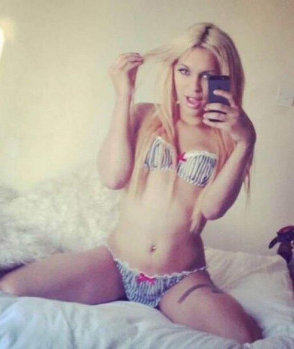 Пышногрудую блондинку посадили в мужскую тюрьму