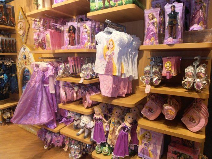 Маленькая девочка в слезах спросила маму, почему они не могут позволить себе купить ей платье принцессы…