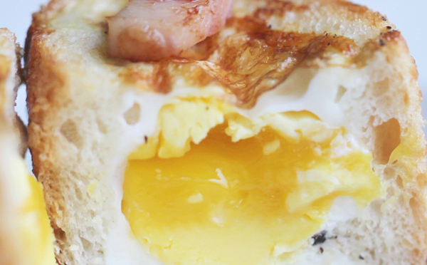 Яйца в булочке