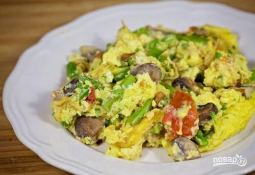 Яичница со спаржей и овощами.