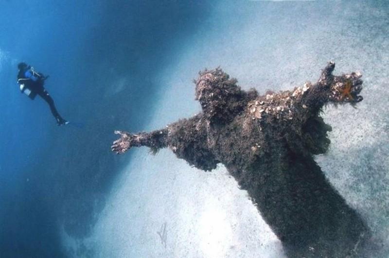 16. Статуя Иисуса под водой у берегов Италии. наш мир, удивительные фотографии