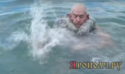 Чтобы не утонуть, мужик ударил три раза по воде ладонью