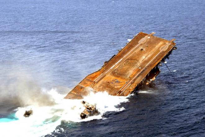 Как выглядит тонущий авианосец