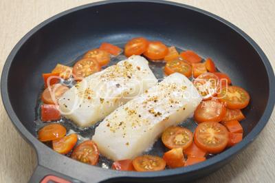 Добавить ломтиками нарезанные помидоры и болгарский перец. Готовить 3-4 минуты.