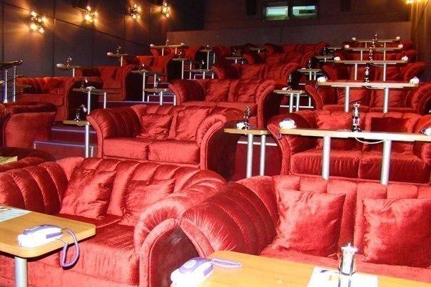 6 кинотеатров с мягкими диванчиками.