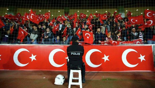 Турецкие футбольные фанаты проигнорировали минуту молчания. ВИДЕО