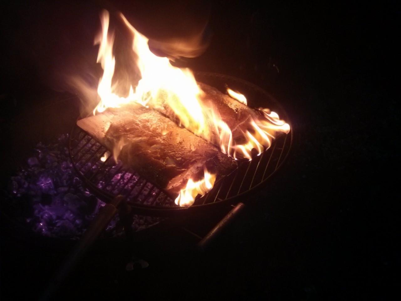 Интересный способ приготовления рыбы на гриле. гриль, дощечки, рыба