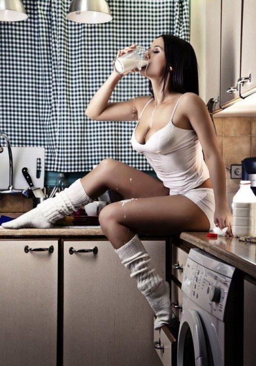 Красивие девушки на кухне (31 фото)