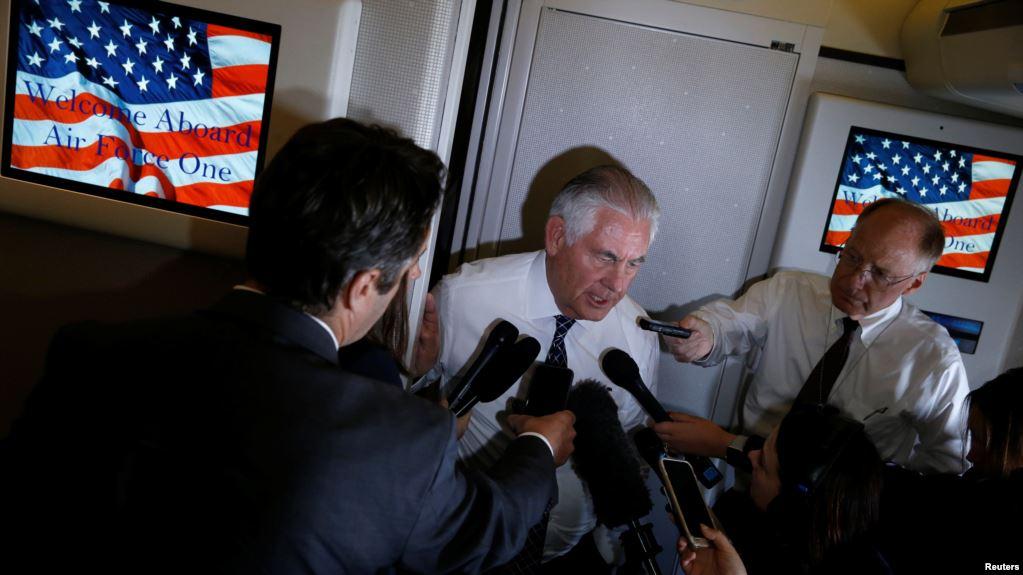 Госсекретарь США Рекс Тиллерсон беседует с журналистами на борту самолета Air Force One на пути из Рима в Брюссель