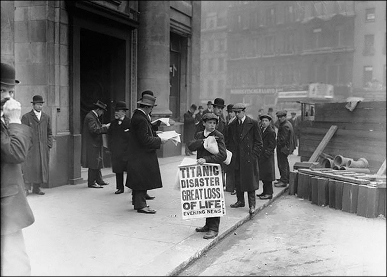 Мальчик продает газеты с известием о гибели Титаника, на утро после события, 16 Апреля 1912 Историческая фотография, история, факты