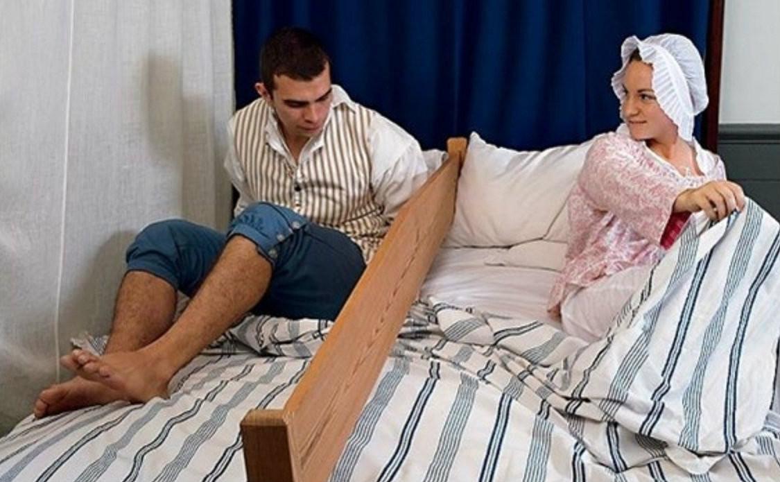 Секс с мамой под одеялом 1 фотография