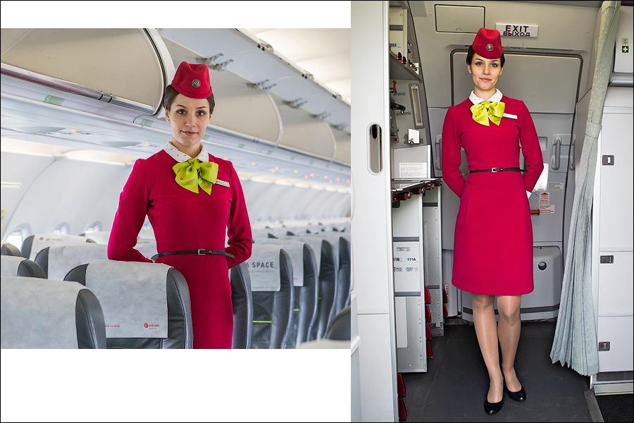Почему стюардессы держат руки за спиной во время посадки