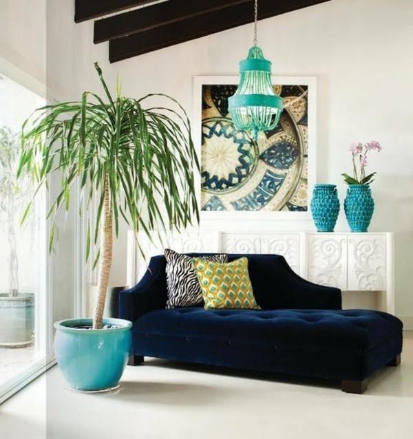 крупная пальма в интерьере современной гостиной