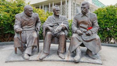 В Крыму разрисовали мемориальную доску Сталина