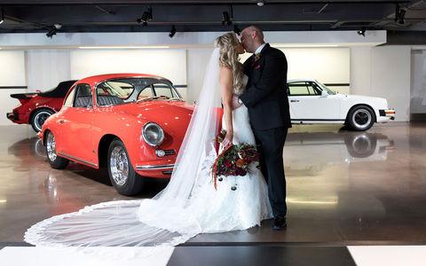 Фанаты Porsche поженились в Cayenne на ходу