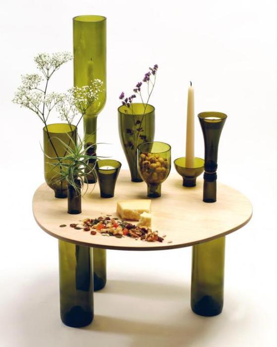 Идеи превращения винных бутылок в стильные и функциональные: Мини-столик. Кофейный столик из небольшой столешницы и винных бутылок.
