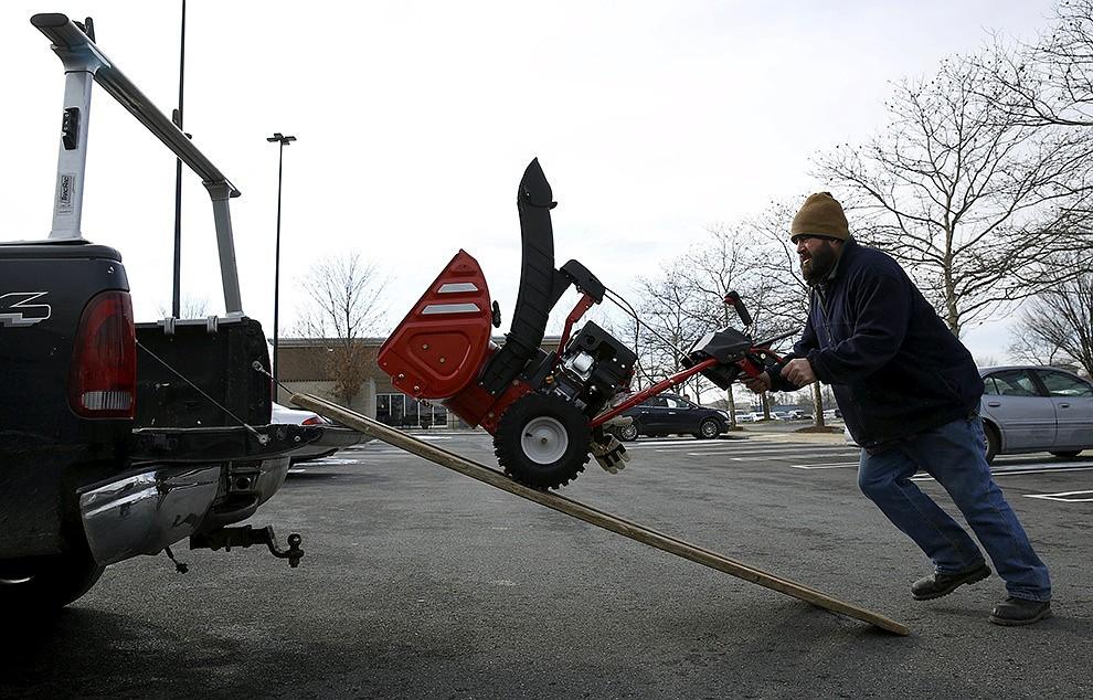 На Америку обрушился «снегопад века»: закрыты метро, аэропорты, магазины