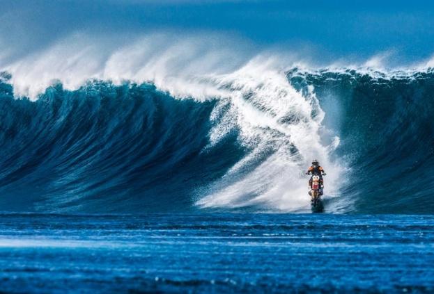 Австралиец оседал волну на байке