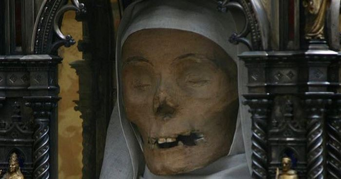 Святые мощи, боевые трофеи, декор и другие причины, по которым тела сохраняют после смерти