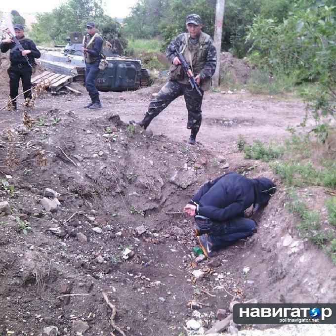 Украинский солдат хвастается снимками жителей Донбасса перед расстрелом (ФОТО)