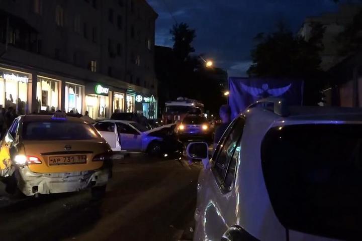 Человека нашли в багажнике автомобиля, устроившего крупную аварию в центре Москвы