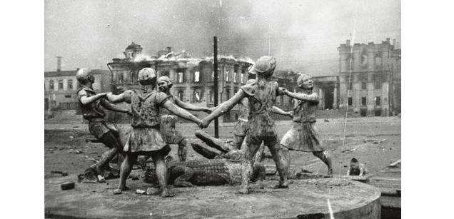 Фонтан «Бармалей», который находился в Сталинграде перед музеем обороны Царицына. На заднем плане горящий вокзал станции Сталинград-1. Фото сделано корреспондентом ТАСС Эммануилом Евзерихиным 23 августа 1942 года сразу после массированного налёта вов, сталинград