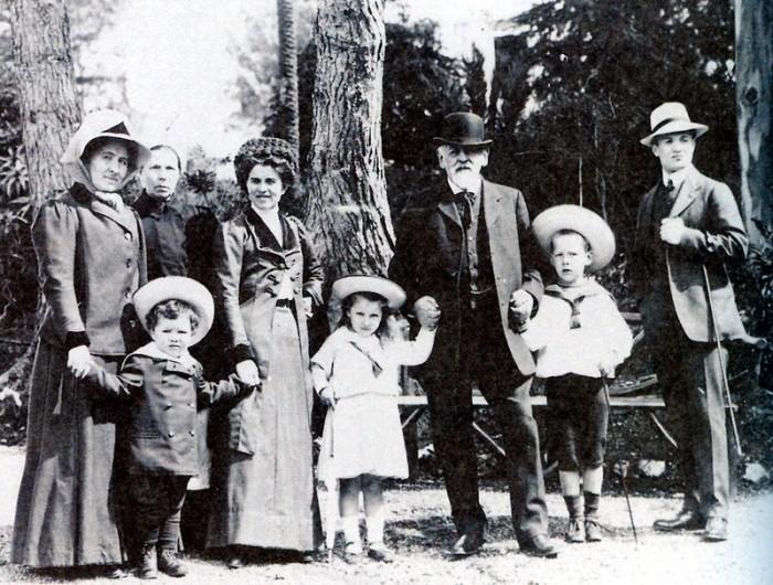 Савва Мамонтов с внуками – Сережей, Лизой и Юрием, 1910 г.