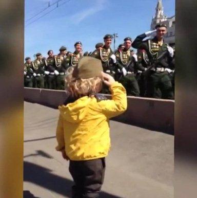 «Американец был тронут до сердца»: Российские солдаты отдают честь ребенку