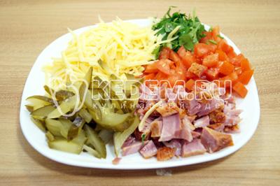 Для начинки сыр натереть на терке, огурцы нарезать мелкой соломкой, помидоры и копченое мясо нарезать мелкими кубиками, зелень порубить. Все смешать на блюде.