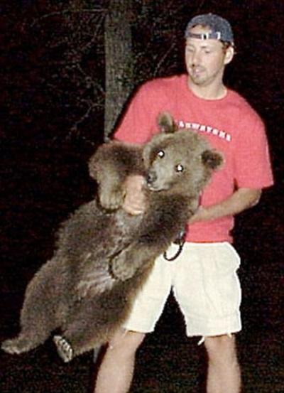 Этот парень нашел двух медвежат возле умершей матери. Произошедшее потом не передать словами