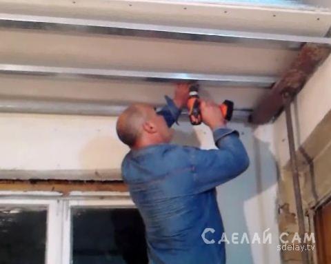 Монтаж гипсокартона на потолок в одиночку с легкостью