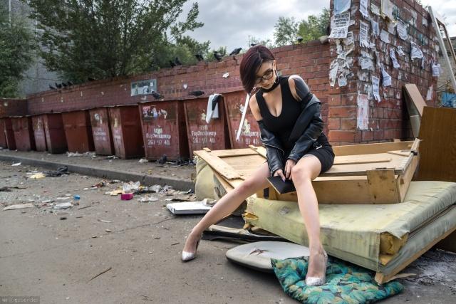 Фотограф из Челябинска удивил общественность фотосессией девушки на фоне мусора