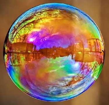 Отражения в мыльном пузыре. Фото