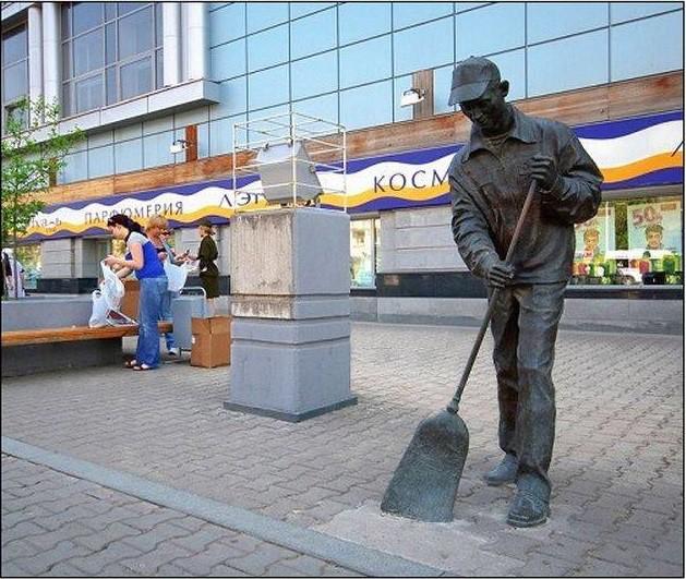 Памятник дворнику. Уфа Прикольные памятники, факты