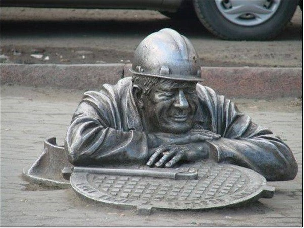 Памятник водопроводчику. Омск Прикольные памятники, факты