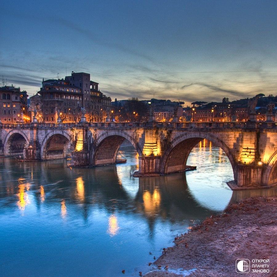 Старинный пешеходный мост в Риме