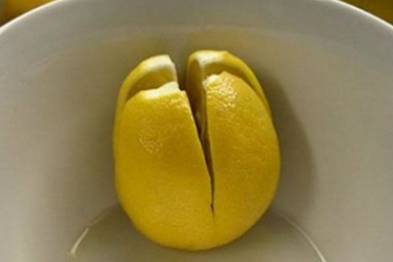 Разрежьте лимон и оставьте е…