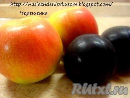 Удалить из фруктов семечки и косточки. Порезать тонкими ломтиками.