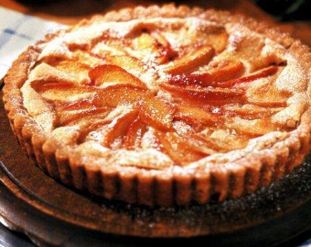 Творожный пирог с персиками и яблоками
